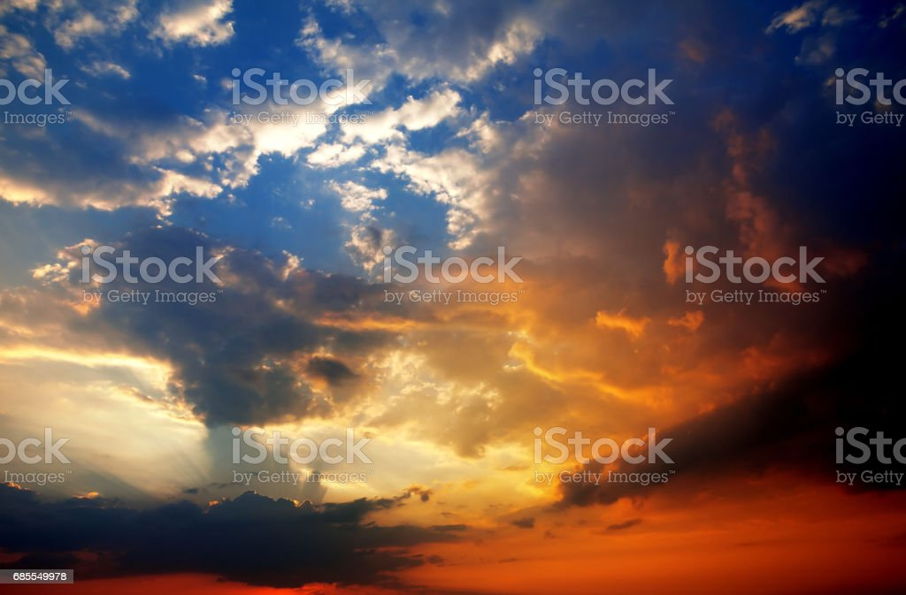 Multicolor sunset sky with clouds and sun rays royalty-free 스톡 사진