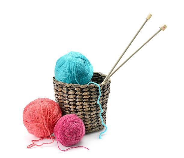 palle multicolori e aghi nel cestino - lavorare a maglia foto e immagini stock