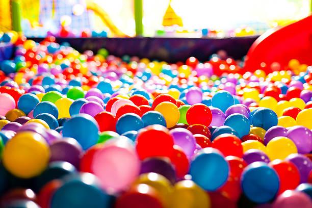 Bunte Bälle in ein Spielplatz – Foto