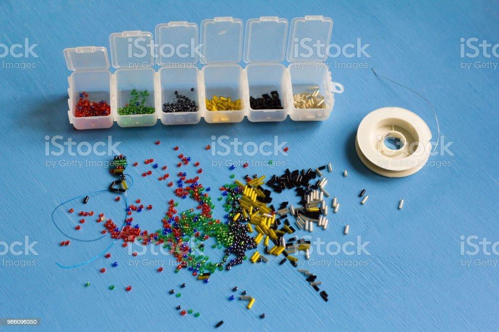 multi-färgade pärlor av olika former för vävning - Royaltyfri Bildbakgrund Bildbanksbilder