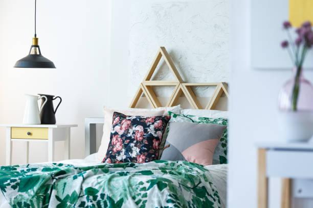 mehrfarbige schlafzimmer mit handgefertigten kissen - lila, grün, schlafzimmer stock-fotos und bilder