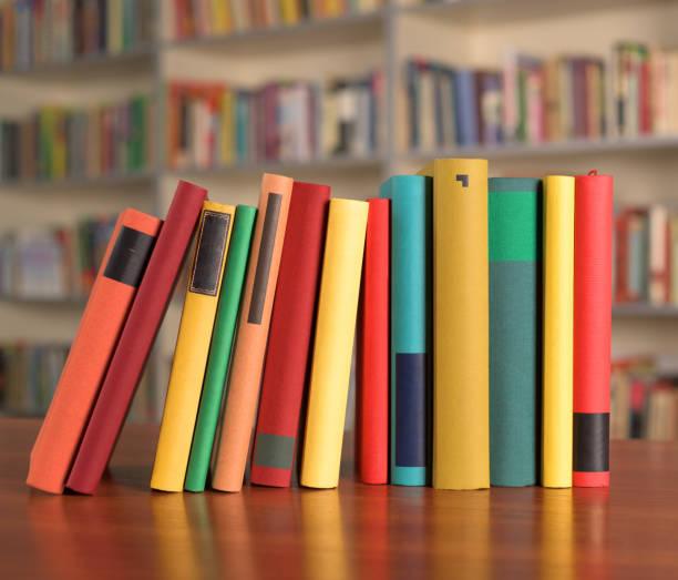 Livros coloridos estão sobre a mesa - foto de acervo