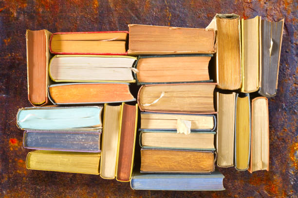 Bunte Bücher, flach liegen, auf Rost Hintergrund, Lesen, Bildung, Literatur, Lernen