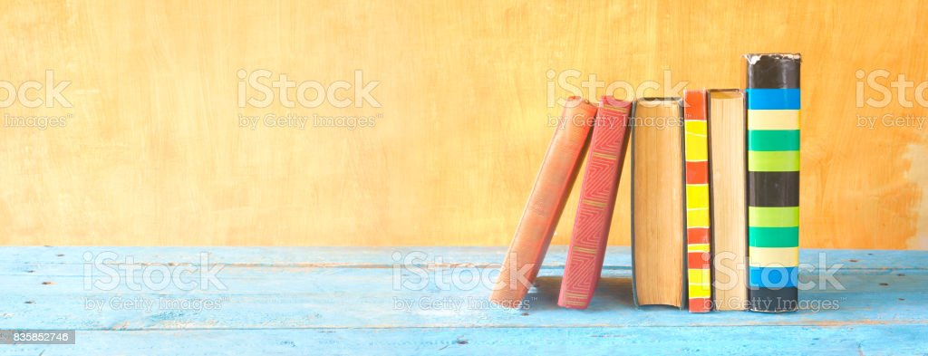 bunte Bücher in einer Reihe Lizenzfreies stock-foto