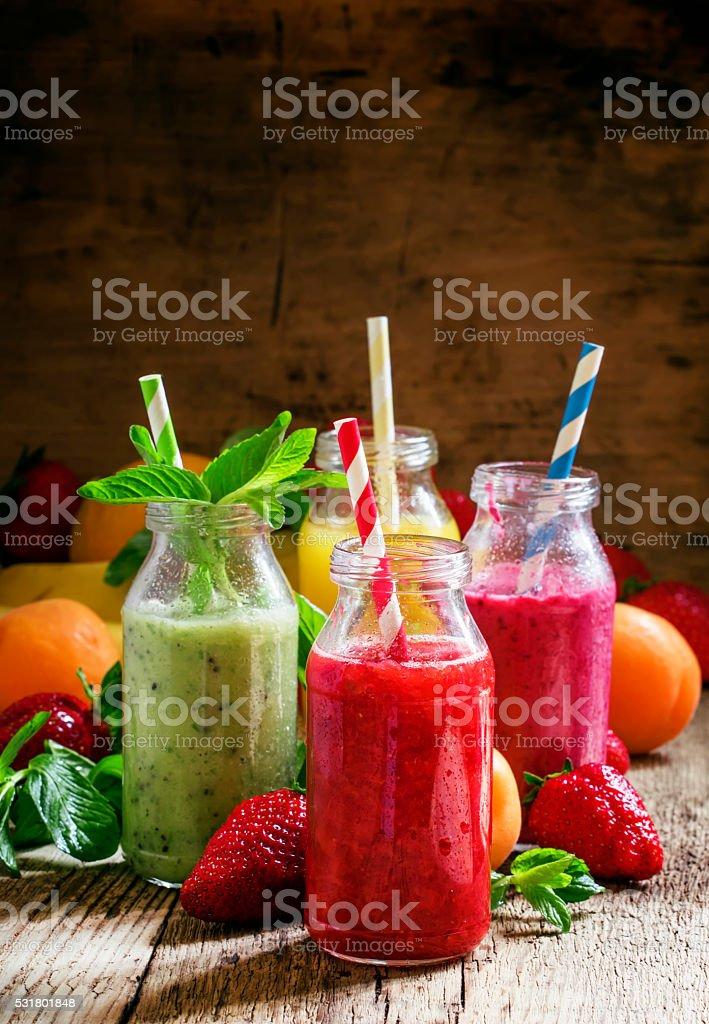Multicolores bouteilles avec des smoothies aux fruits frais - Photo