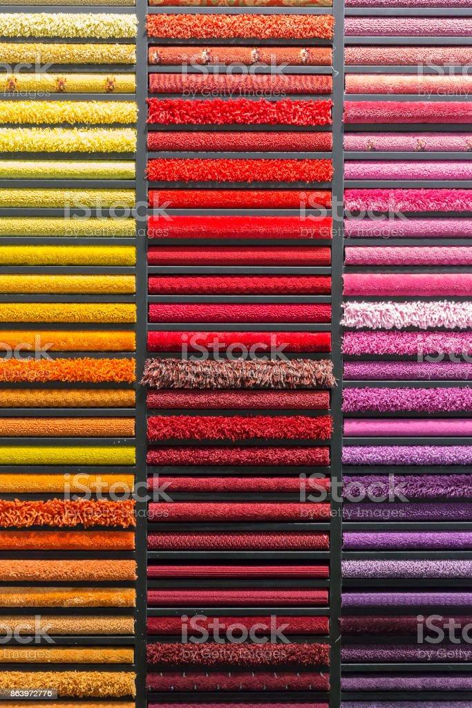 amostras de tapetes coloridos na vitrine - foto de acervo