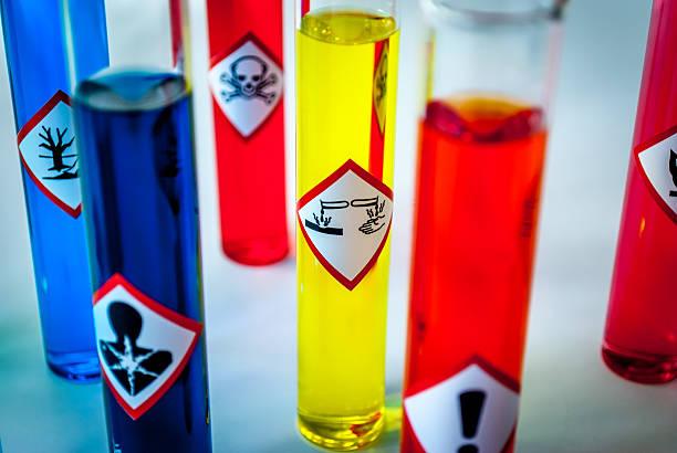 Mehrfarbiges Chemie vials-Fokus auf korrosiv Gefahr – Foto