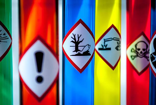 Mehrfarbiges Chemie fläschchen auf die Gefahr für die Umwelt gefährlich – Foto
