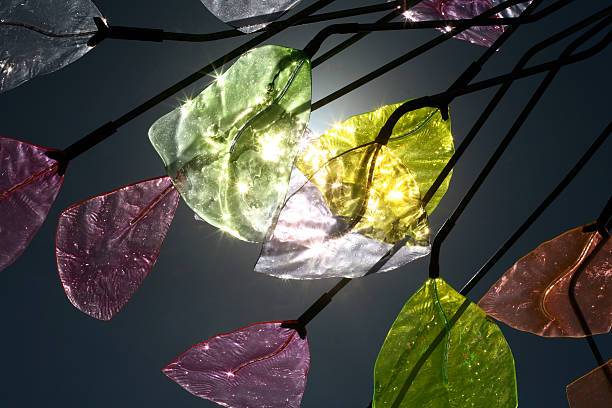 farbige glas backilt mit sonnenschein - glasskulpturen stock-fotos und bilder