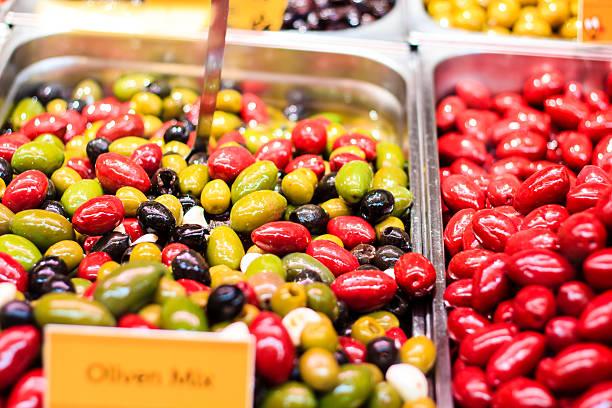mehrfarbiges oliven auf dem markt - naschmarkt stock-fotos und bilder