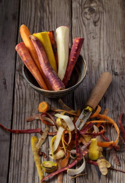 carottes pelées multicolores - pelé photos et images de collection