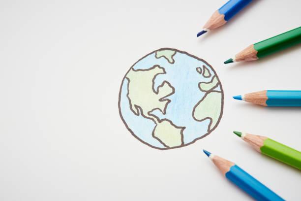 bunte bleistift-buntstifte umgeben skizze der erde - 5 kontinente stock-fotos und bilder