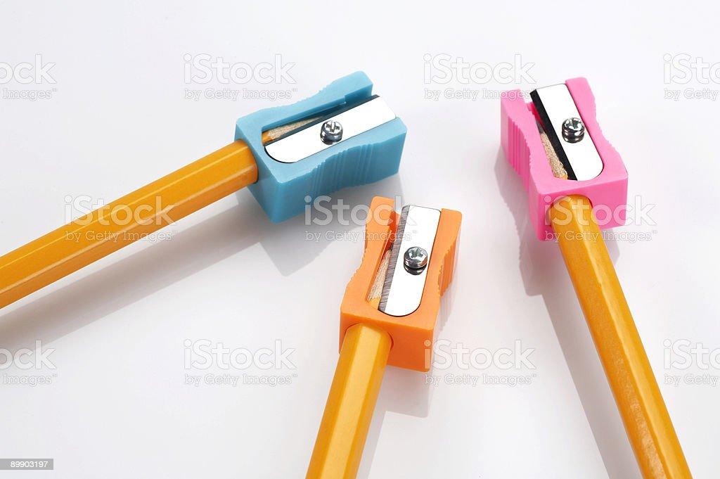 Bunten Bleistift sharpeners und gelbe Bleistifte Lizenzfreies stock-foto