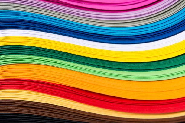 bandes papier courbé quilling multicolores formant un fond clair. - couleur photos et images de collection