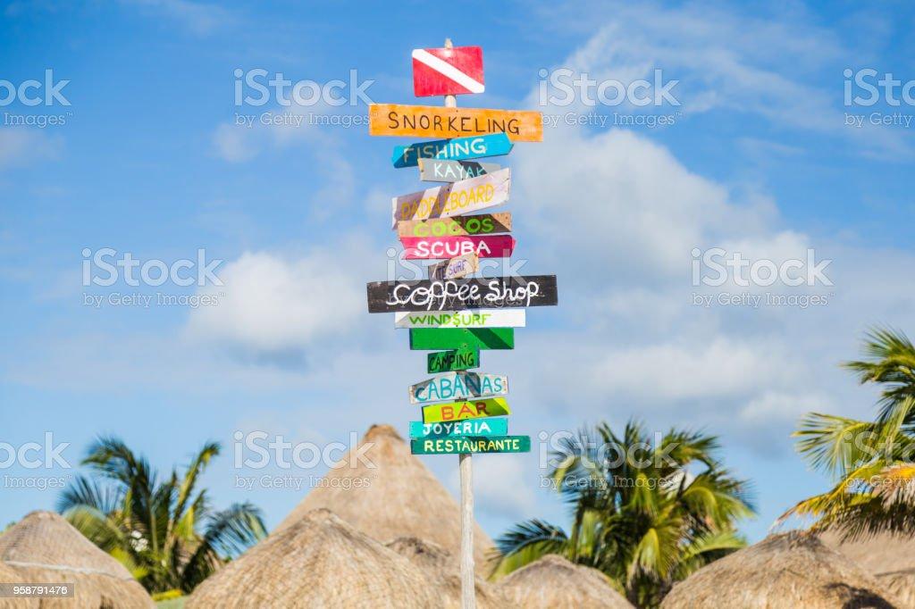 Veelkleurige Tekenen Op Het Strand Spaans En Engels Stockfoto En