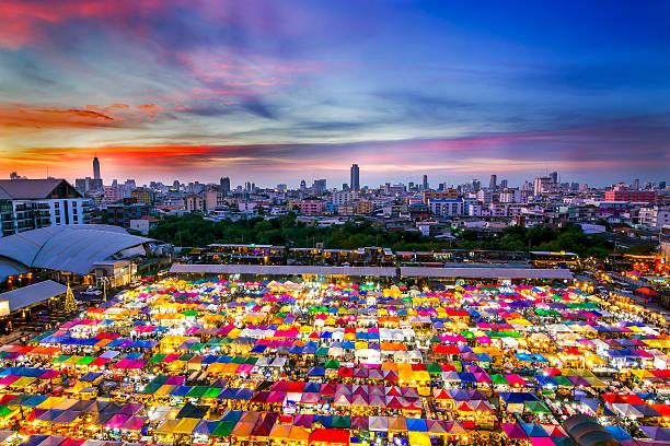 multi-colored tents /sales of second-hand market in bangkok - thai food stockfoto's en -beelden
