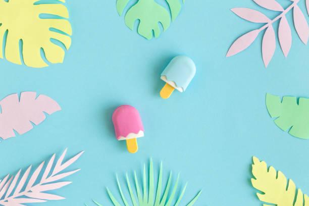 Las hojas tropicales multicolor y los juguetes de helado abstraen los conceptos de comida y dulces de verano. - foto de stock