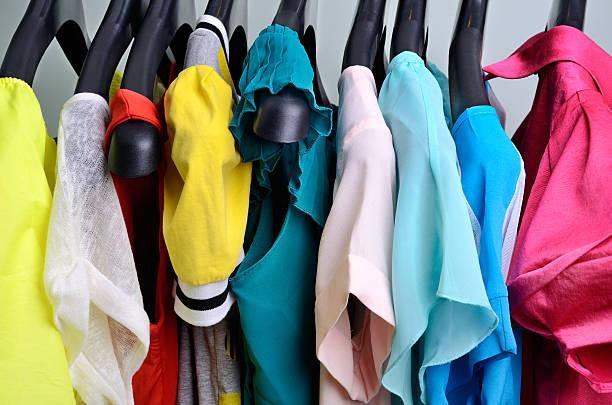 Mehrfarbiges Damen Kleidung hängen auf dem Kleiderbügel – Foto