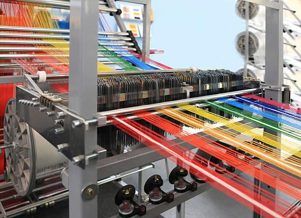 wielokolorowy przędz włókienniczych maszyny w - przemysł włókienniczy zdjęcia i obrazy z banku zdjęć