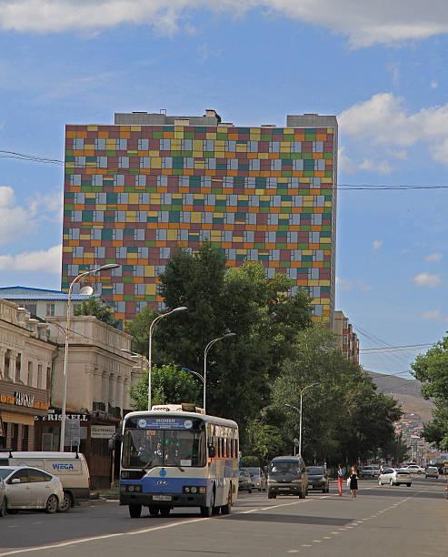 bunte gebäude im zentrum von ulaanbaatar, mongolei - bussystem haus stock-fotos und bilder
