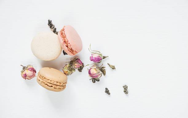 multicoloured macaroons on white background - rosen tee stock-fotos und bilder