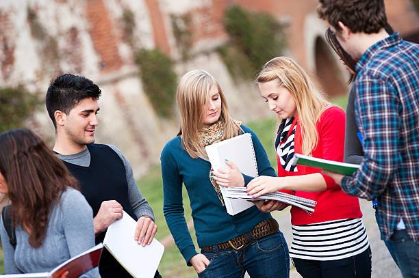 Multikulturelle College-Studenten im Park – Foto