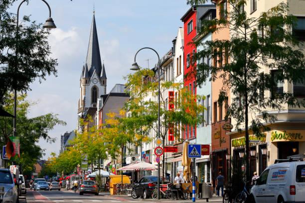 multikulturellen stadtteil in köln, deutschland - restaurant köln stock-fotos und bilder