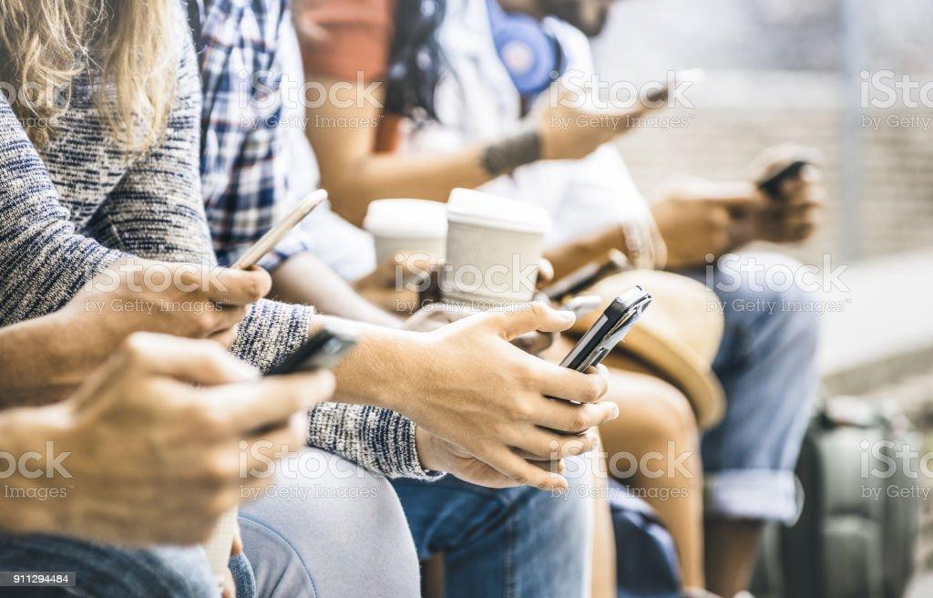 Grupo de amigos multicultural usando smartphone com café no intervalo da faculdade universidade - mãos de pessoas viciadas por imagem de filtro móvel telefone inteligente - conceito de tecnologia com conectado millennials na moda- - foto de acervo
