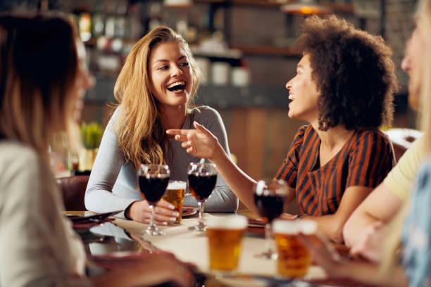 multiculturele vrienden hebben goede tijd in restaurant. - happy hour stockfoto's en -beelden