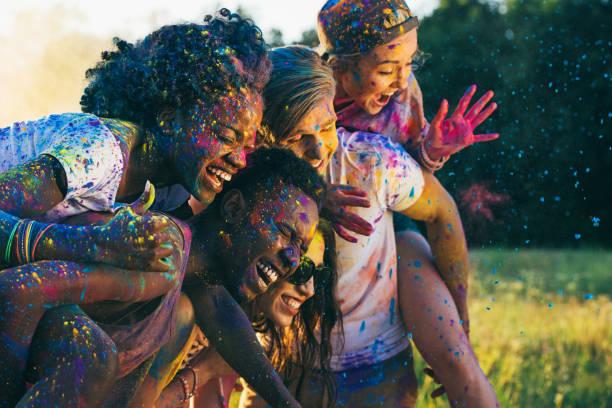 Multicultural amis heureux ferroutage ensemble au festival de holi - Photo