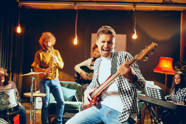 Multikulturellen jazz-Band für den Auftritt üben. – Foto