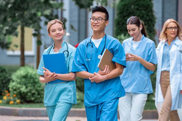 多文化の学生と教師の医科大学近くの通りの上を歩く - 東ヨーロッパ ストックフォトと画像