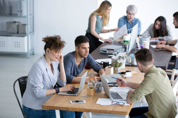 Equipo multicultural trabajando juntos - foto de stock