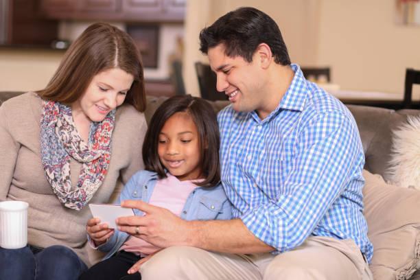 Multiethnisch, Adoption oder Pflegefamilie zu Hause. – Foto