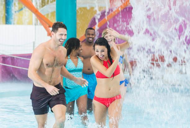 multi-ethnischen erwachsene freunde, die spaß im wasserpark - pool schritte stock-fotos und bilder