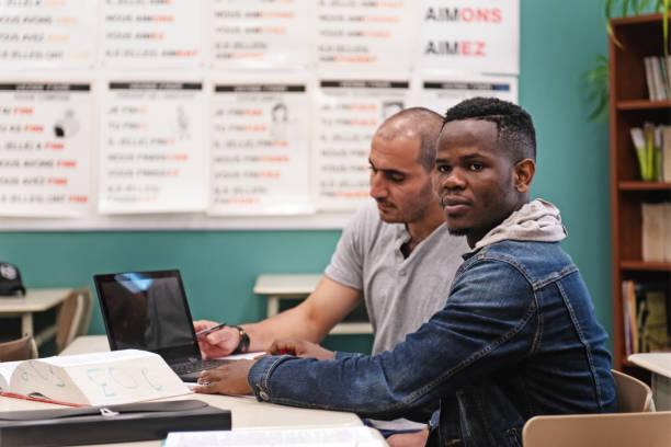 Çok etnik yetişkinler eğitim sınıfı stok fotoğrafı