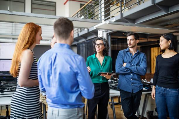Multiethnische Geschäftskollegen haben Brainstorming Session – Foto