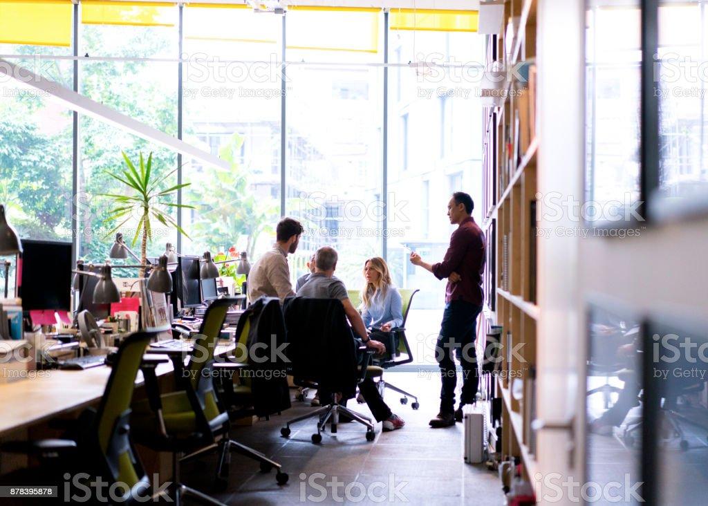 Multi-ethnischen Geschäftsleute diskutieren im Büro – Foto