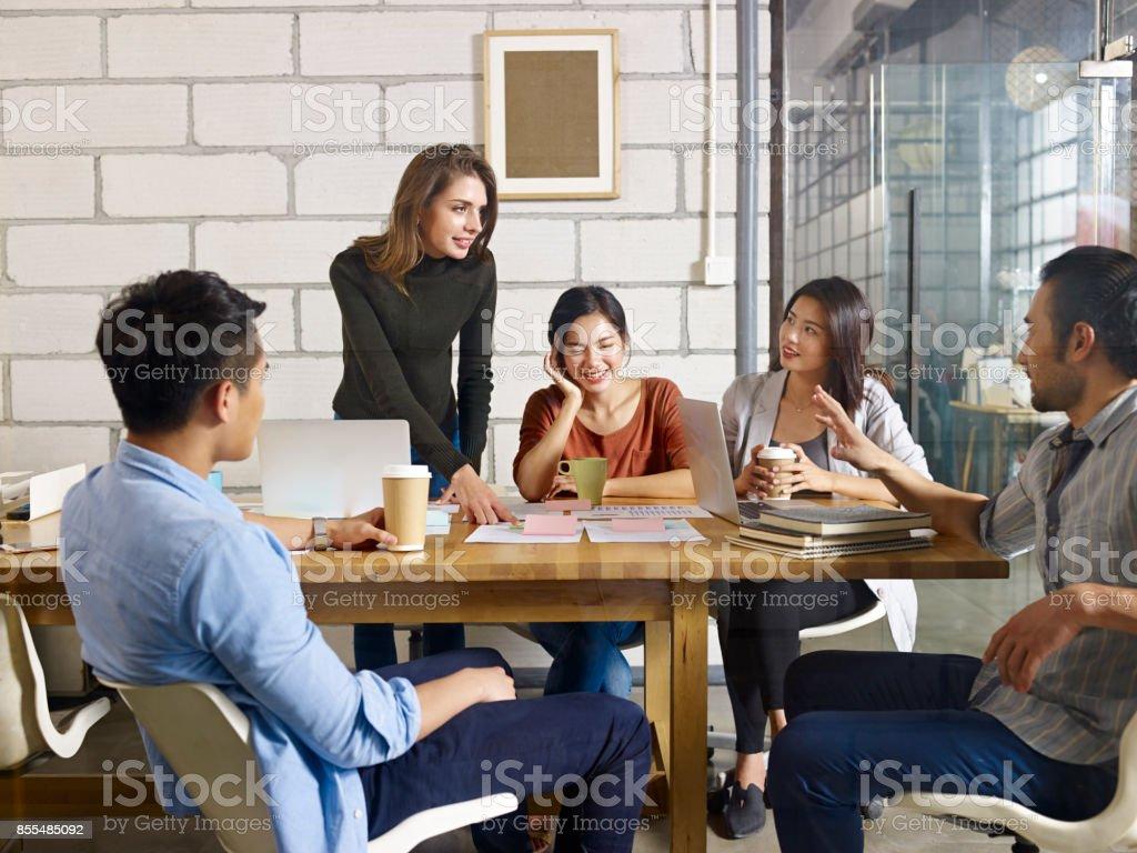 reunión de equipo de negocios multiétnica en oficina - foto de stock