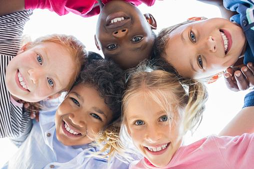 Photo libre de droit de Enfants Multiethniques Dans Un Cercle banque d'images et plus d'images libres de droit de 8-9 ans