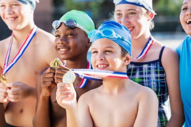 Multi-ethnischen Kinder auf Schwimm-Team hält Medaillen – Foto