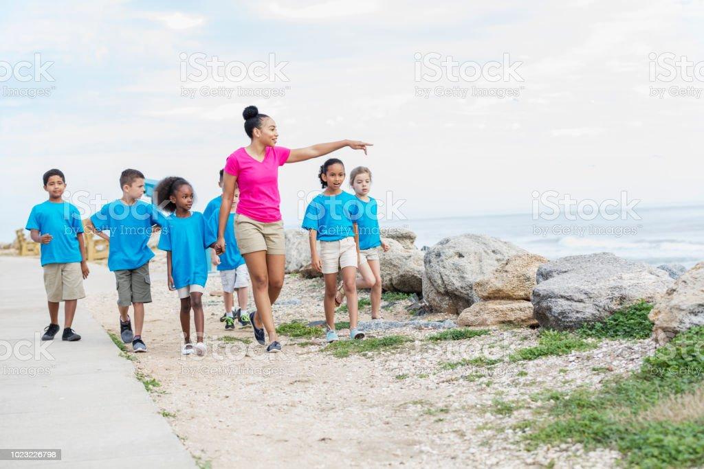 Enfants et multiethniques, enseignant, excursion en mer - Photo
