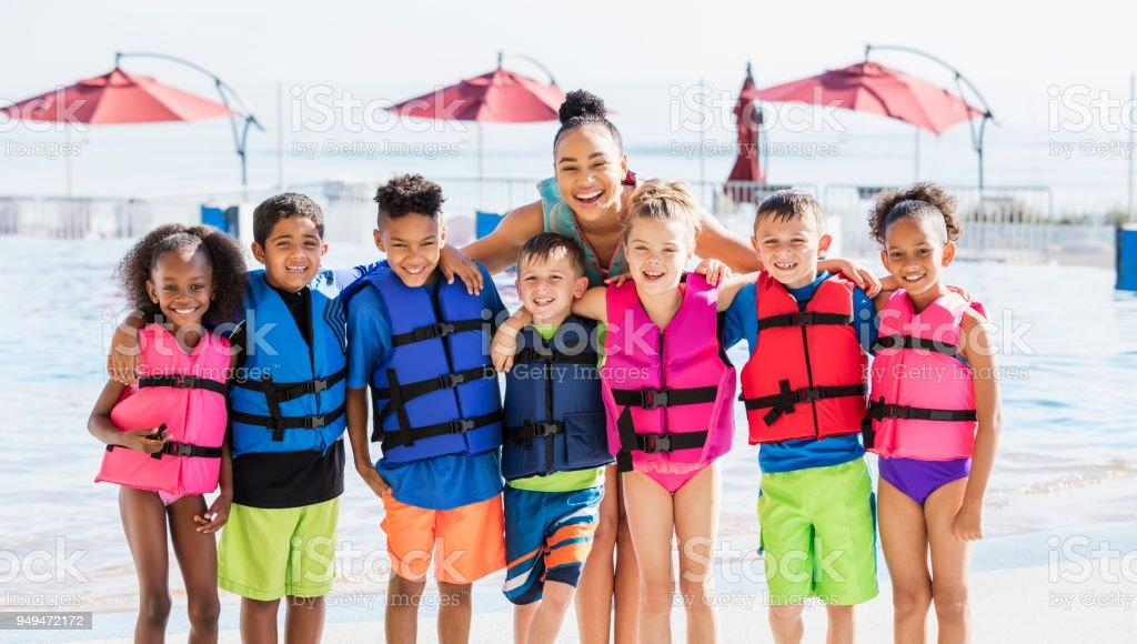 Multiethniques enfants, enseignants, portant des gilets de sauvetage - Photo