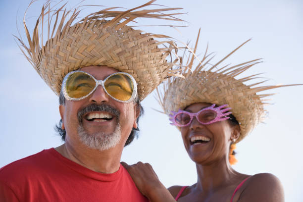 multi-ethnischen paar tragen strohhüte - indianer kostüm herren stock-fotos und bilder