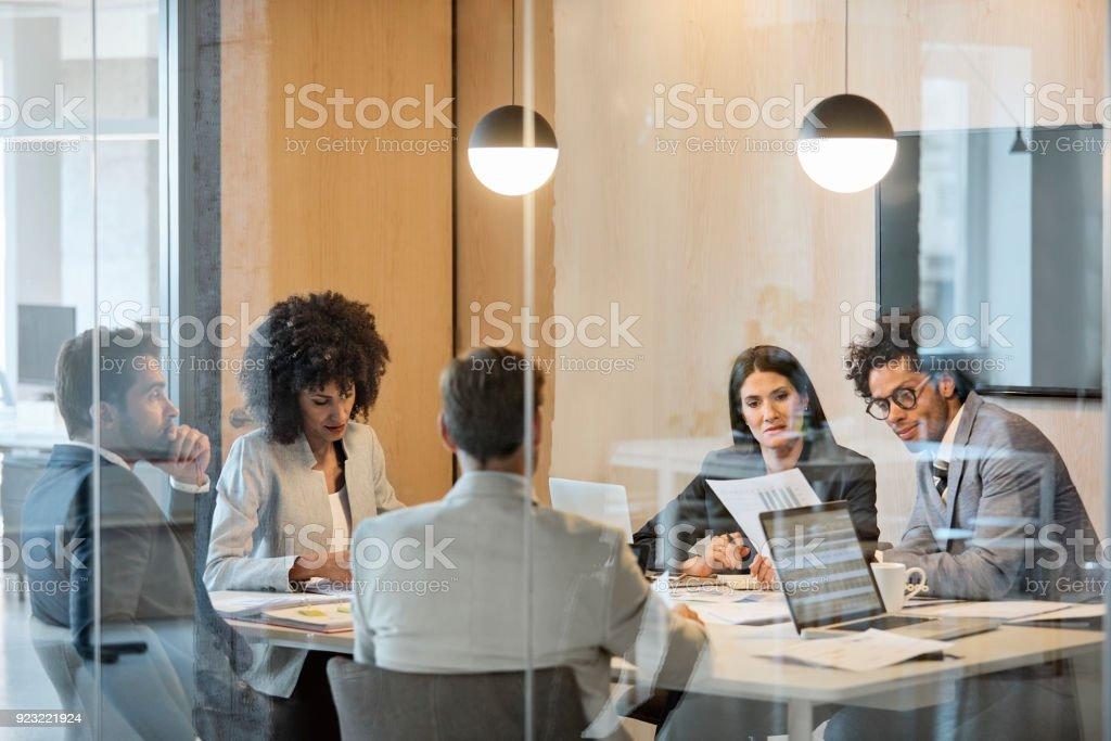 Multi-ethnischen Kollegen planen im Sitzungsraum – Foto