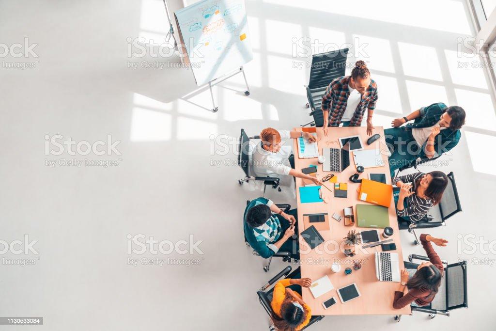 Multiethnic разнообразная группа коллег дела в обсуждении встречи команды, верхний взгляд самомоднейшей офис с космосом экземпляра. Партнерств� - Стоковые фото Бизнес роялти-фри