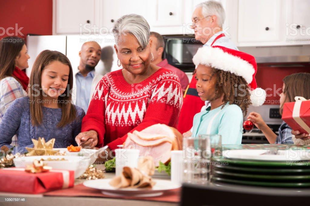 Weihnachtsessen Zum Vorbereiten.Multiethnischen Familie In Der Küche Zu Hause Vorbereiten