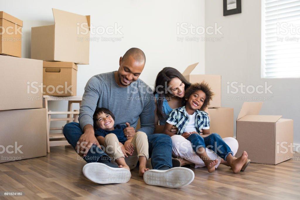 Famille multiethnique déménagements - Photo
