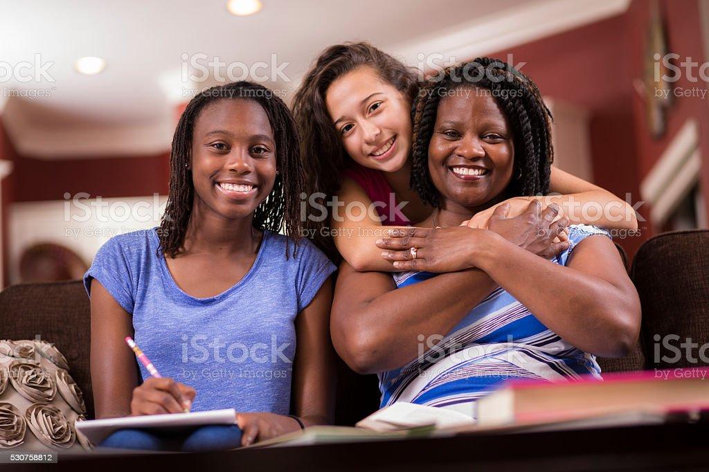 Multi-ethnischen Familie. Teenager-Mädchen und die Mutter zu Hause lernen, sprechen. – Foto