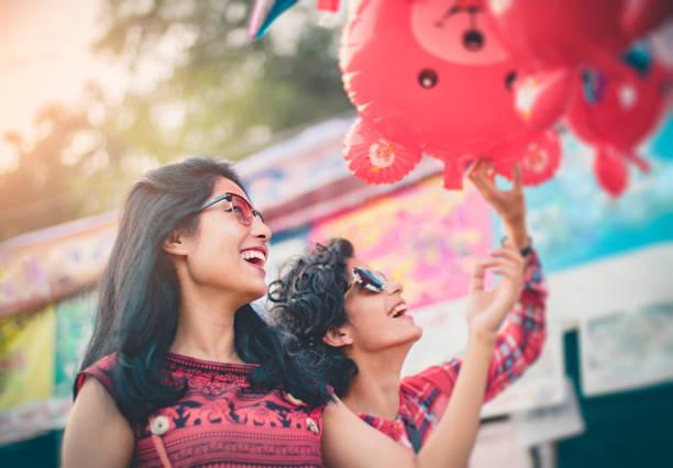 Multiethnische Freundinnen in Messe Spaß. – Foto